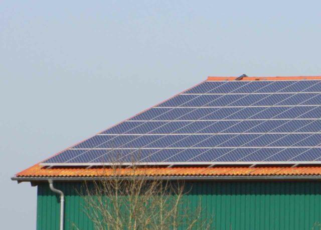 Dach verpachten und Geld verdienen - die Solaranlage bauen wir