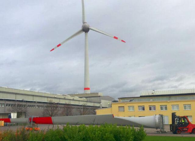 Enercon in Magdeburg: Besichtigung der Rotorblatt-Produktion mit E-126 auf dem Gelände