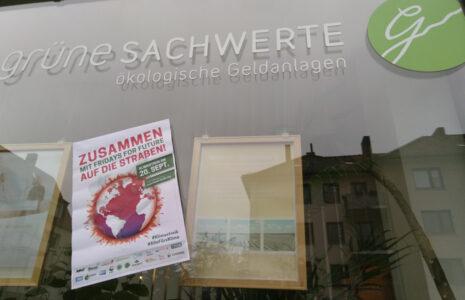 Grüne Sachwerte und Fridays for Future - Büro schließt, Mitarbeiter gehen demonstrieren.