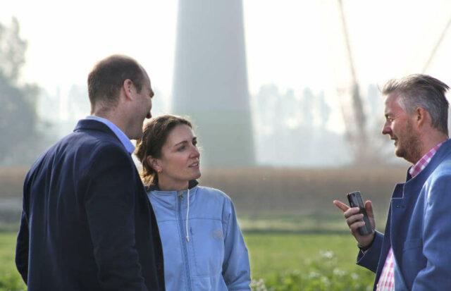 Ökorenta Erneuerbare Energien 10 - Sandra Horling mit Rose und Busboom von Ökorenta