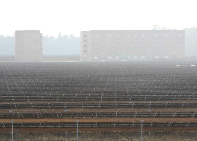 Solarpark Groß Dölln bei Templin: Ehemalige russische Kaserne hinter First Solar Modulreihen